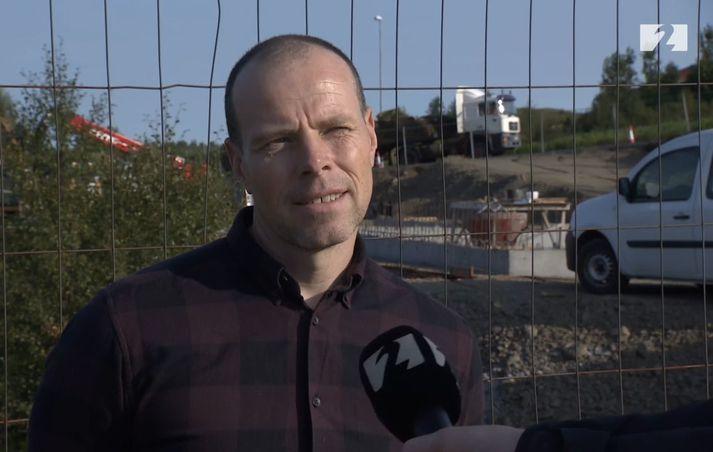 Stefán Vignisson er framkvæmdastjóri MVA byggingaverktaka. Fyrir aftan er verið að byggja leikskóla.
