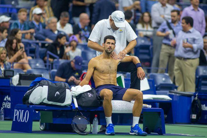 Djokovic fær meðferð í leiknum í nótt.