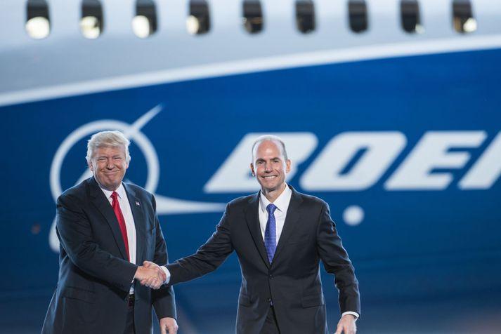 Donald Trump Bandaríkjaforseti og Dennis Muilenburg forstjóri Boeing á frumsýningarviðburði fyrir nýja þotu úr smiðju flugrisans í febrúar síðastliðnum.