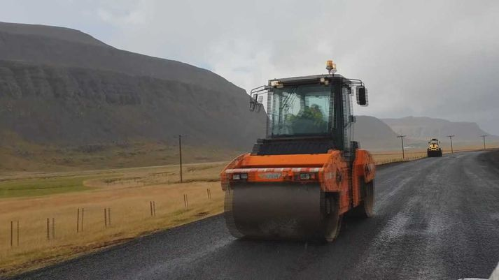 Þjóðvegurinn um Saurbæ breikkar um tvo metra, úr 5,5 metrum upp í 7,5 metra.