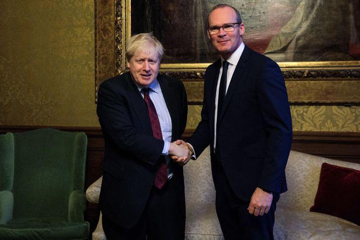 Simon Coveney (t.h.) er ekki par sáttur með fullyrðingar Boris Johnson (t.v.) í sambandi við áhrif Brexit á viðskipti við Norður-Írland.