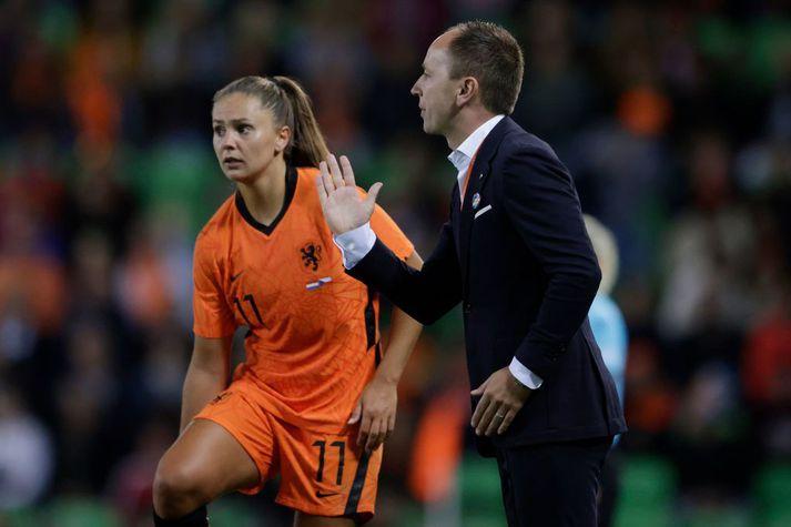 Lieke Martens og Mark Parsons á hliðarlínunni á leik Hollands gegn Tékklandi í Groningen á föstudaginn.