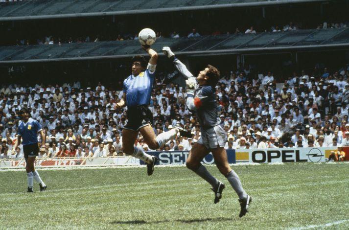 Diego Maradona kemur Argentínu í 1-0 með því að slá boltann yfir Peter Shilton sem greip fyrir vikið í tómt.