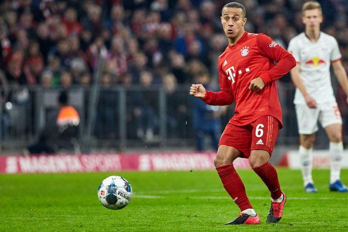 Thiago reynir hér stungusendingu í leik með Bayern München.
