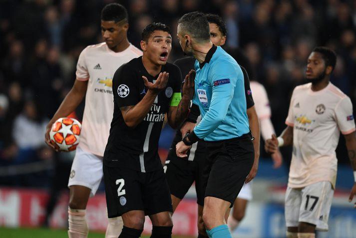 Thiago Silva hjá Paris Saint-Germain mótmælir hér eftir að Damir Skomina gaf Manchester United víti í uppbótatíma í París.