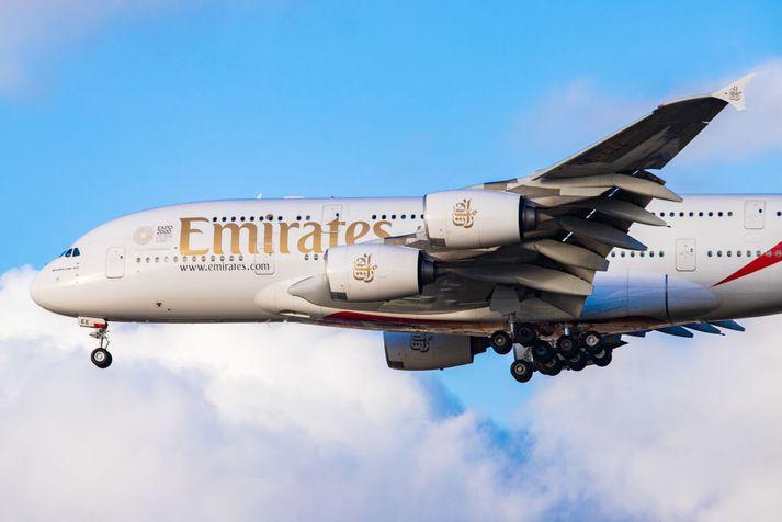 Hér sést ein af risaþotum Emirates, Airbus A380.