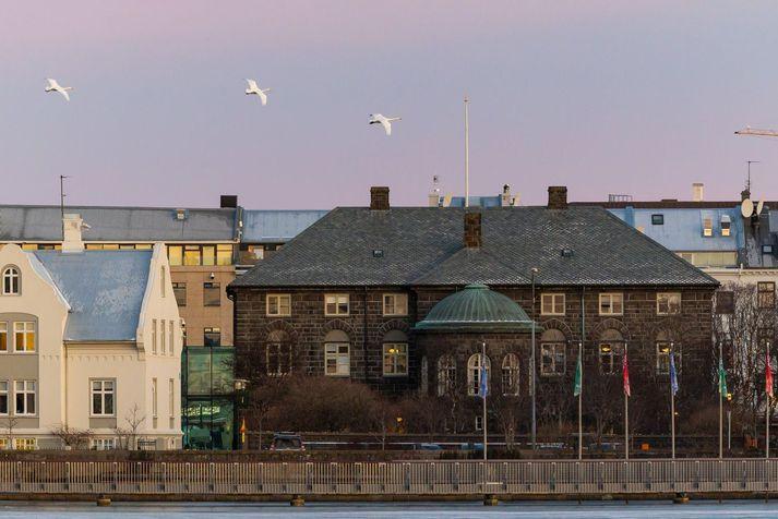 Stuðningur við ríkisstjórnina mældist nú 54,5 prósent og jókst um tæplega fjögur prósentustig frá síðustu könnun.