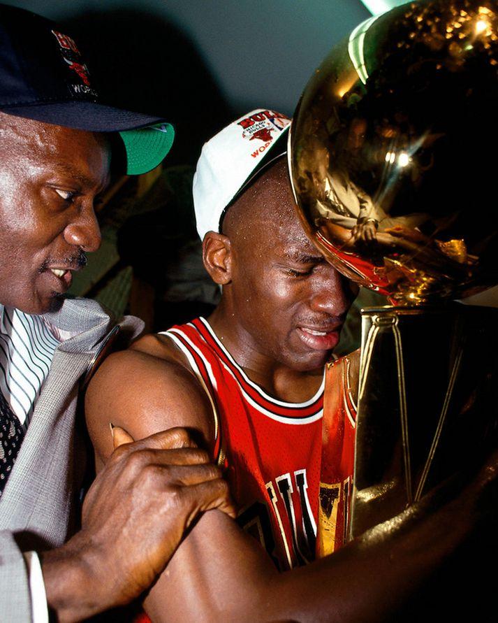 Michael Jordan með föður sínum James og með NBA-bikarinn í fangið eftir sigur Chicago Bulls árið 1991.