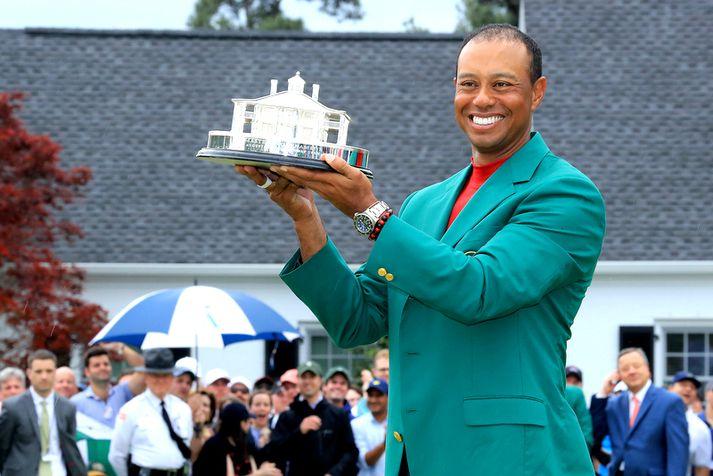 Tiger Woods með verðlaunagripinn fyrir Masters.