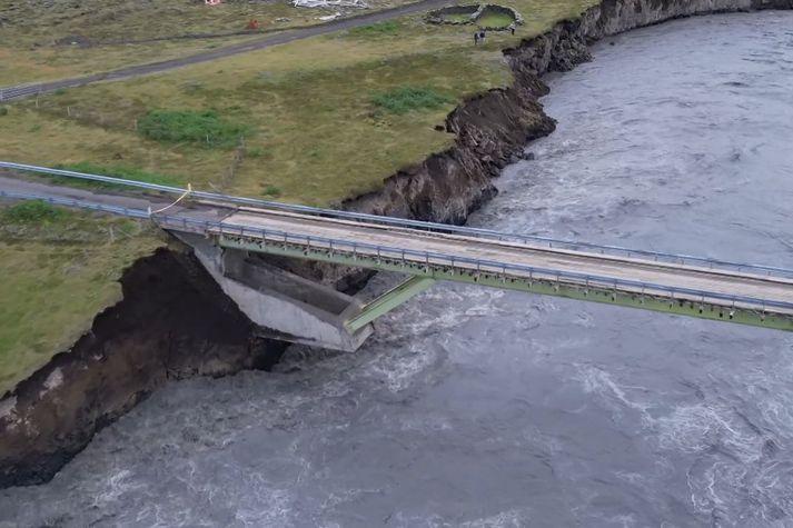 Fljótið gróf undan eystri brúarstöplinum í Skaftárhlaupinu árið 2015.