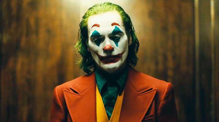 Joaquin Phoenix fer með hlutverk Jokersins í kvikmyndinni.