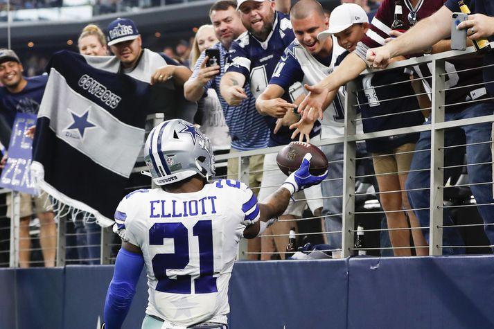 Stuðningsmenn Dallas Cowboys fá hér gjöf frá stjörnuhlaupara liðsins Ezekiel Elliott.