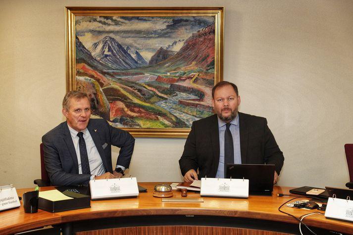 Nýr formaður umhverfis- og samgöngunefndar, Jón Gunnarsson, og fráfarandi formaður, Bergþór Ólason, við upphaf fundarins í morgun.