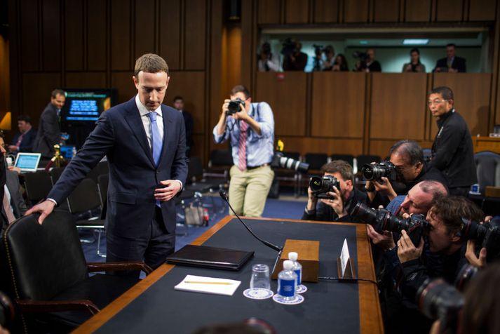 Mark Zuckerberg er stofnandi og forstjóri Facebook. Hér sést hann koma fyrir þingnefnd í Bandaríkjunum vegna rannsóknar á Cambridge Analytica-skandalnum.