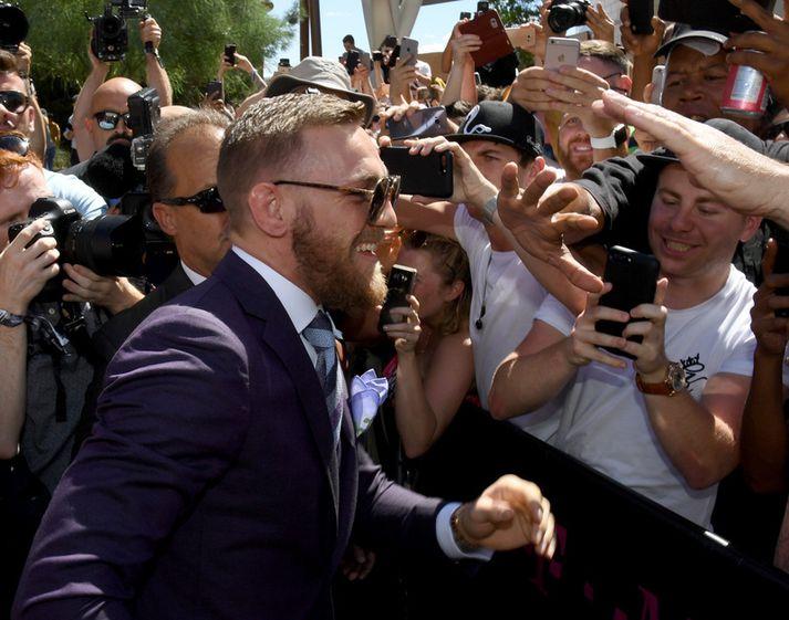 Conor McGregor hittir stuðningsmenn í nótt.