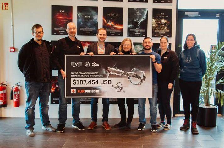 Brent Hooper (CCP, tölfræðingur), Dan Crone (CCP, samfélagsstjóri EVE Online), Atli Viðar Thorstensen (Rauð krossinn, sviðstjóri hjálpar- og mannúðarsviðs), Björg Kjartansdóttir (Rauði krossinn, sviðstjóri fjáröflunar- og kynningarmála), Kamil Wojtas (CCP, samfélagsstjóri EVE Online), Ingibjörg Lilja Diðriksdóttir (CCP, útgáfustjóri) og Eyrún Jónsdóttir (markaðsstjóri).