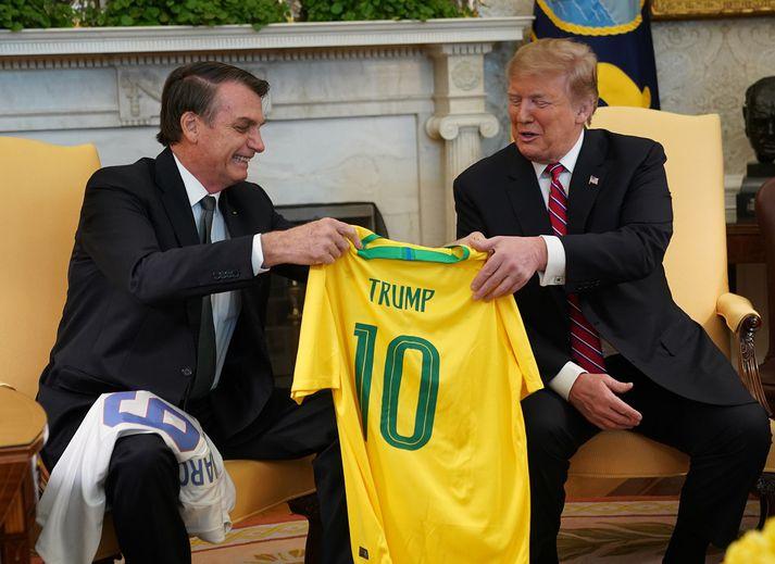 Það fór vel á með Bolsonaro og Trump.Brasilíski forsetinn afhenti Trump meðal annars treyju brasilíska knattspyrnulandsliðsins með nafni hans á bakinu.