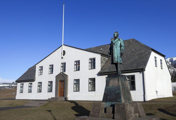 Moody's hækkaði einnig þak á skuldum og innstæðum í innlendri mynt úr A1 í Aa3.