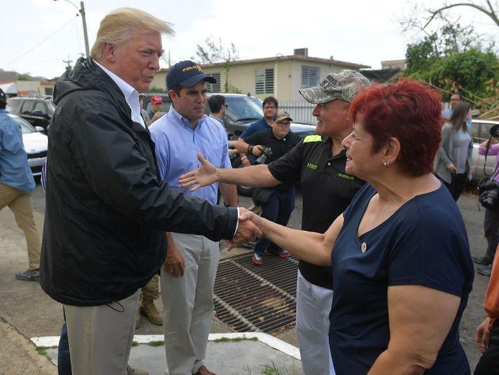 Trump virðist hafa snúist hugur frá því í heimsókn til Púertó Ríkó í síðustu viku. Þá lofaði hann að hjálpa íbúum þar til yfir lyki.