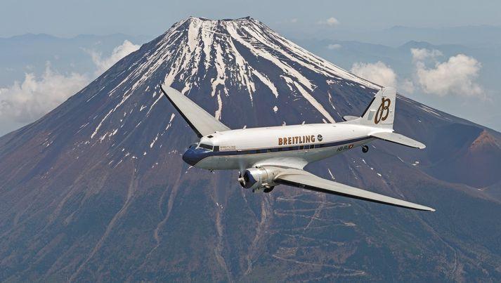 DC-3 heimsreisuvélin í Japan. Fjallið Fuji í baksýn.
