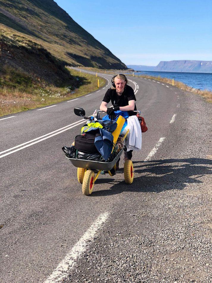 Veðrið hefur leikið við Huga á göngunni.