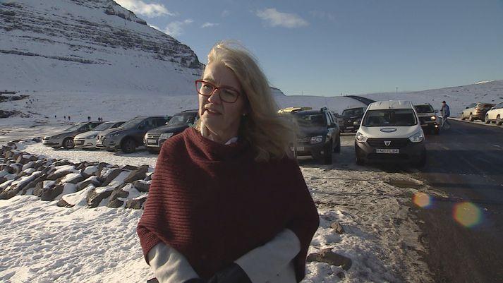 Björg Ágústsdóttir, bæjarstjóri Grundarfjarðar, við bílastæðið hjá Kirkjufellsfossi.