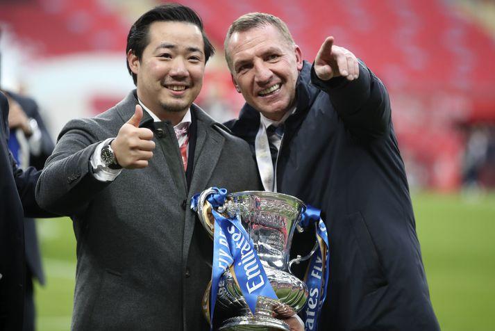 Formaður Leicester City, Aiyawatt Srivaddhanaprabha, og þjálfari liðsins, Brendan Rodgers, fagna FA-bikar sigrinum á Chelsea í dag.