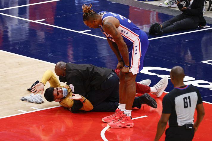 Dwight Howard, miðherji Philadelphia 76ers, horfir á áhorfandann sem gerði sér ferð inn á völlinn í leiknum gegn Washington Wizards í Capitol One höllinni í nótt.