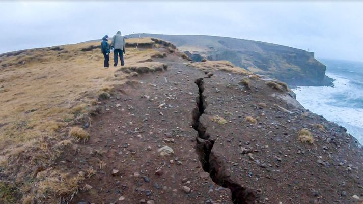 Á brún Krýsuvíkurbjargs í dag. Þessi sprunga er aðeins nokkra tugi metra frá bílastæðinu við bjargið.