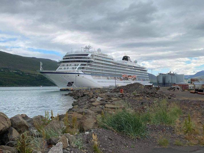 Skemmtiferðaskipið Viking Jupiter við höfn á Akureyri í dag.