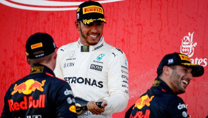 Lewis Hamilton stóð á efsta þrepinu á verðlaunapallinnum í dag. Max Verstappen og Daniel Ricciardo veittu honum félagsskap þar.