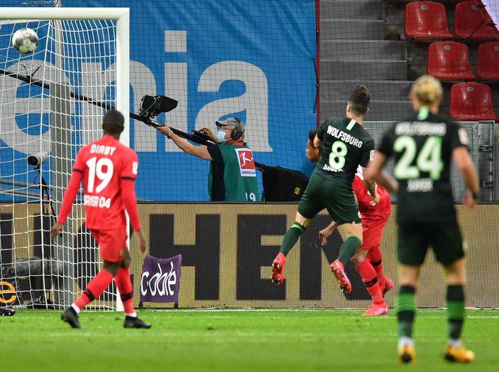 Renato Steffen skorar þriðja mark Wolfsburg gegn Leverkusen í kvöld.