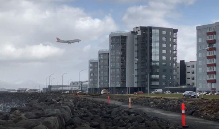 Flugvélinni flogið yfir Vesturbæinn.