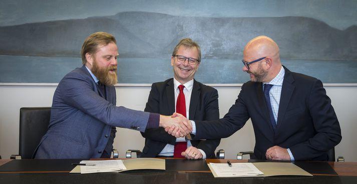 Ásgeir Jónsson, deildarforseti hagfræðideildar, Jón Atli Benediktsson, háskólarektor, og Sigurður Páll Hauksson, forstjóri Deloitte.