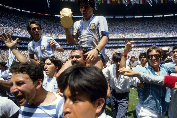 Diego Maradona fagnar með HM bikarinn eftir sigur Argentínu á HM í Mexíkó 1986.
