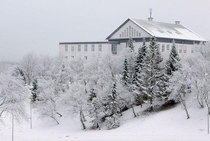 Akureyri var sannkölluð vetrarparadís um helgina. Fólk flykktist í fjallið, í sundlaugina og vel bókað var á veitingastaði og hótel bæjarins.
