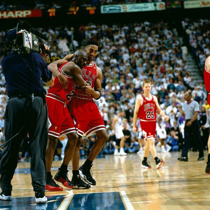 Scottie Pippen hjálpar Michael Jordan af velli.