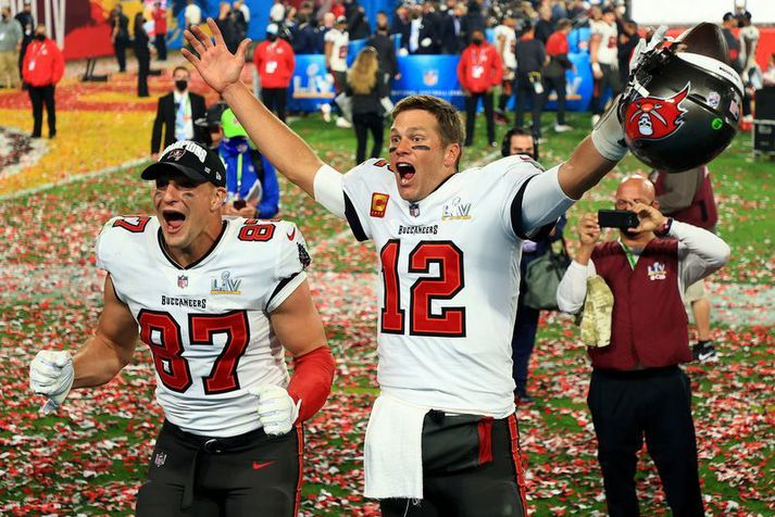 Tom Brady og Rob Gronkowski fagna sigri Tampa Bay Buccaneers í Super Bowl.