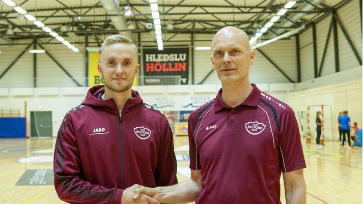 Einar Baldvin tekur í spaðann á Þóri Haraldssyni, formanni handknattleiksdeildar Selfoss.