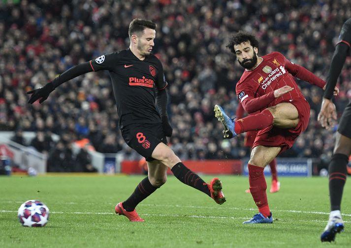 Saúl í baráttunni við Mo Salah, leikmann Liverpool.