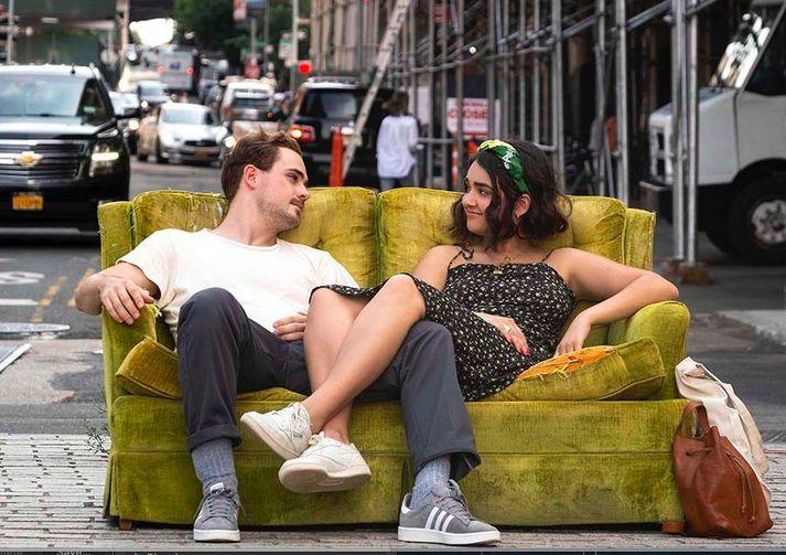 Dacre Montgomery og Geraldine Viswanathan úti á götu í New York.