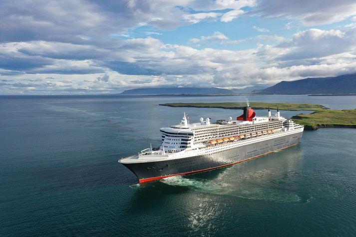 RMS Queen Mary 2 á leið til hafnar í Reykjavík í morgun.