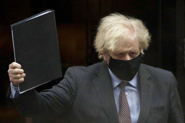 Boris Johnson, breski forsætisráðherrann, með áætlunina í svartri möppu. Hann verður ef til vill ánægður að komast í klippingu þann 12. apríl ef áætlunin heldur.