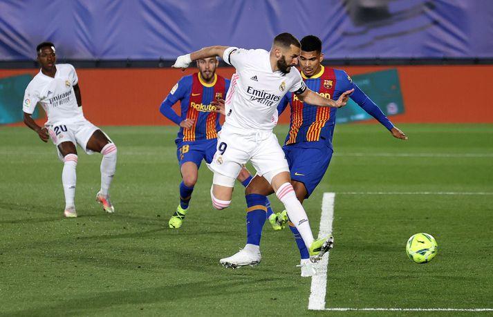 Real Madrid og Barcelona eiga von á refsingu frá FIFA og UEFA vegna þátttöku félaganna í Ofurdeildinni.