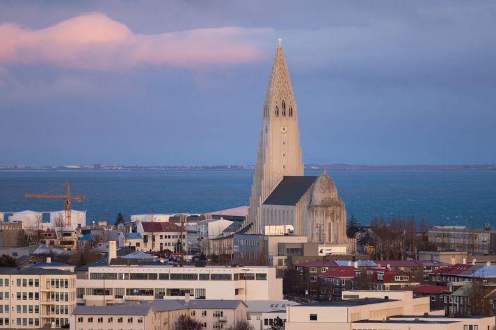 Hægviðri verður víðast hvar í dag.