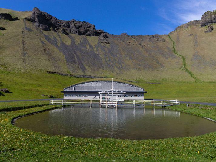 Um þrjátíu manns gista á tjaldsvæðinu í Herjólfsdal þessa verslunarmannahelgina, sem er talsvert færra en það sem vant er.