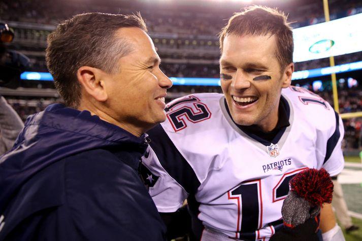 Alex Guerrero og Tom Brady ræða saman eftir einn af fjölmörgum sigurleikjum Patriots.