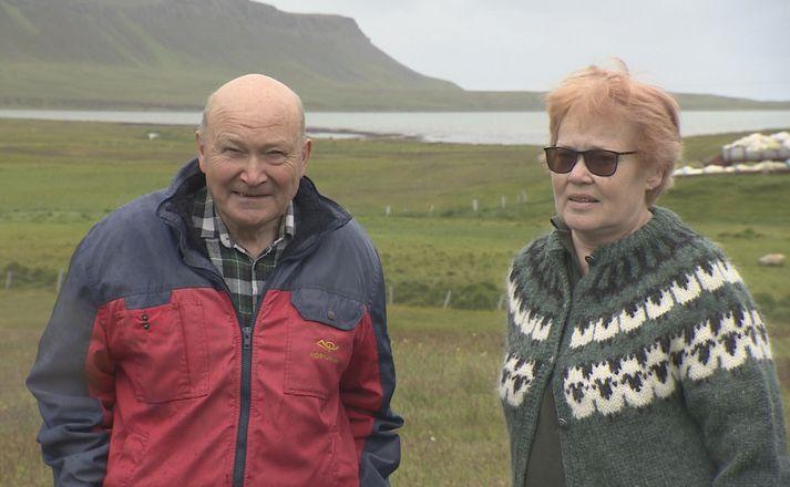 Hjónin Eiríkur Kristjánsson og Vigdís Sigurðardóttir eru bændur í Borgum í Kollavík. Kollavíkurvatn sést fyrir aftan.