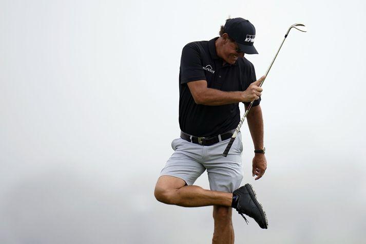 Phil Mickelson sést hér á æfingahringnum sínum á Torrey Pines golfvellinum í San Diego.