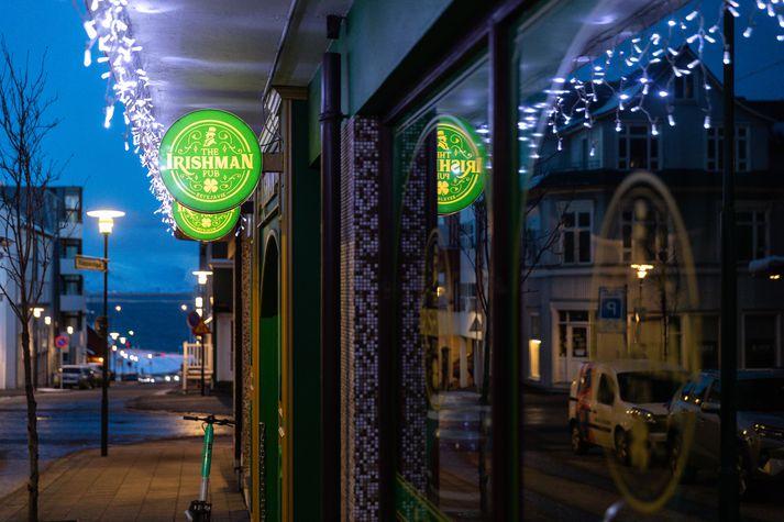 Handtakan sem deilt er um átti sér stað aðfaranótt mánudagsins 18. mars 2019 á Irishman Pub, þar sem Café Rosenberg var áður.